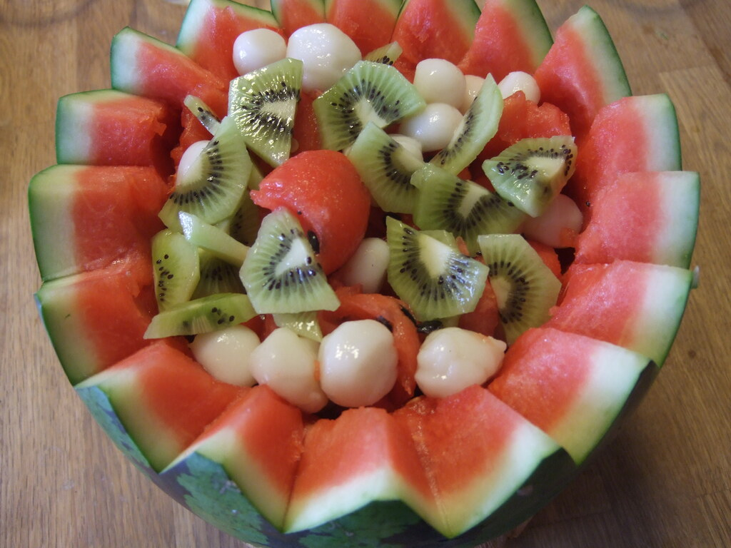 スイカを丸ごとくり抜いて、フルーツなどを入れて、フルーツポンチをつくります