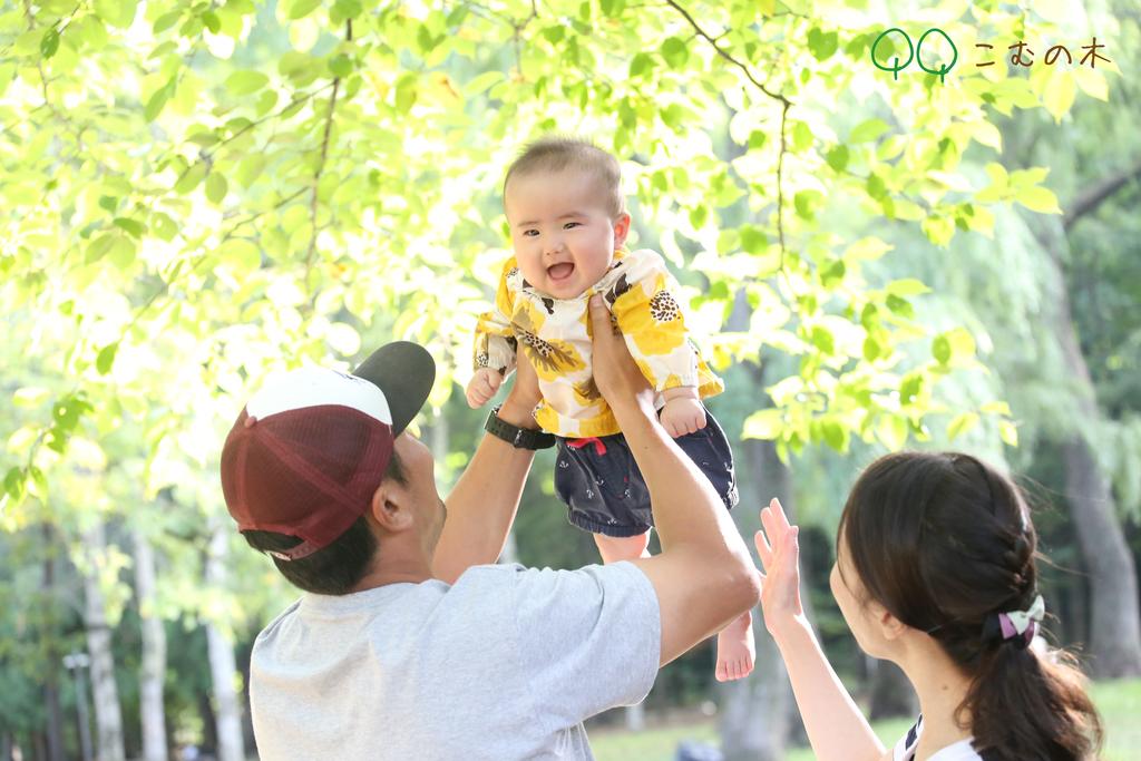 おすわりがまだの赤ちゃんもパパ、ママの抱っこや高い高いなど、様々なポーズで撮影を楽しんでいただいております