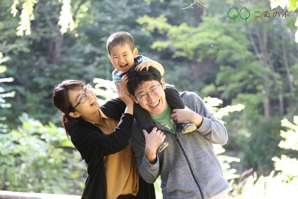 抱っこやおんぶなど自然なポーズと遊びを取り入れつつ、お子様に遊びを楽しんでいただく中で笑顔の写真を撮影しています