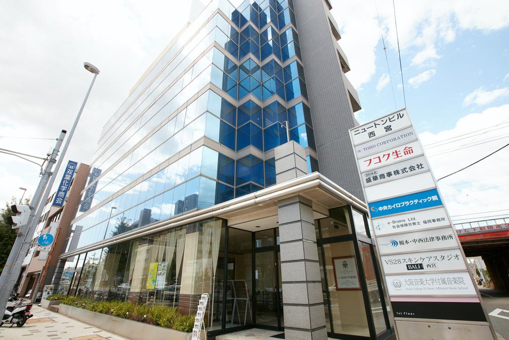 音楽院さくら夙川校は西宮市産所町西の交差点、ニュートンビル1階にございます。