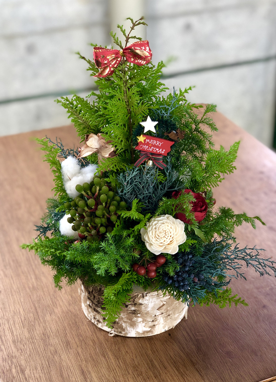 生の葉を使って高さ約30㎝のツリーを作ります。クリスマスまではもちろん、それ以降もドライの状態でアレンジして楽しめます。