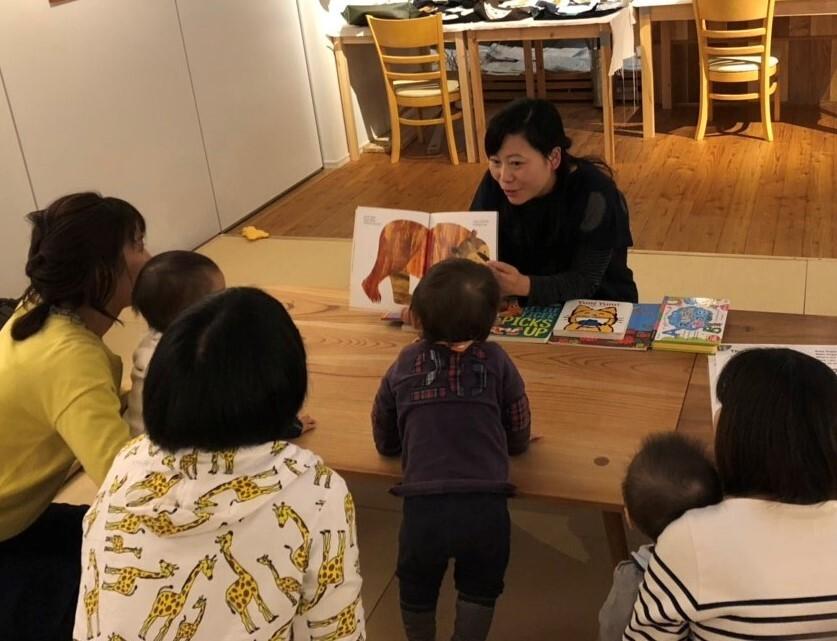お子さんと一緒に英語絵本と、ちょっぴり英語の歌も楽しむクラブです