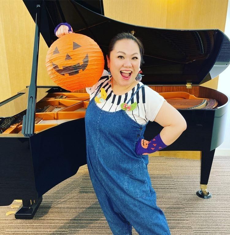みき先生:武蔵野音楽大学、桐朋学園音楽大学研究科(声楽専攻)卒業。絵本deオペラのるーぽを主宰。