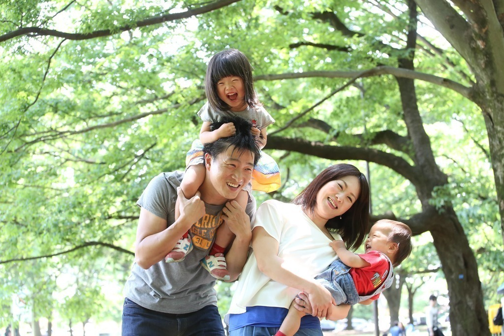 肩車、抱っこなど自然なポーズで遊びながら撮影するスタイルでお子様が遊びを楽しむ笑顔を撮影しています