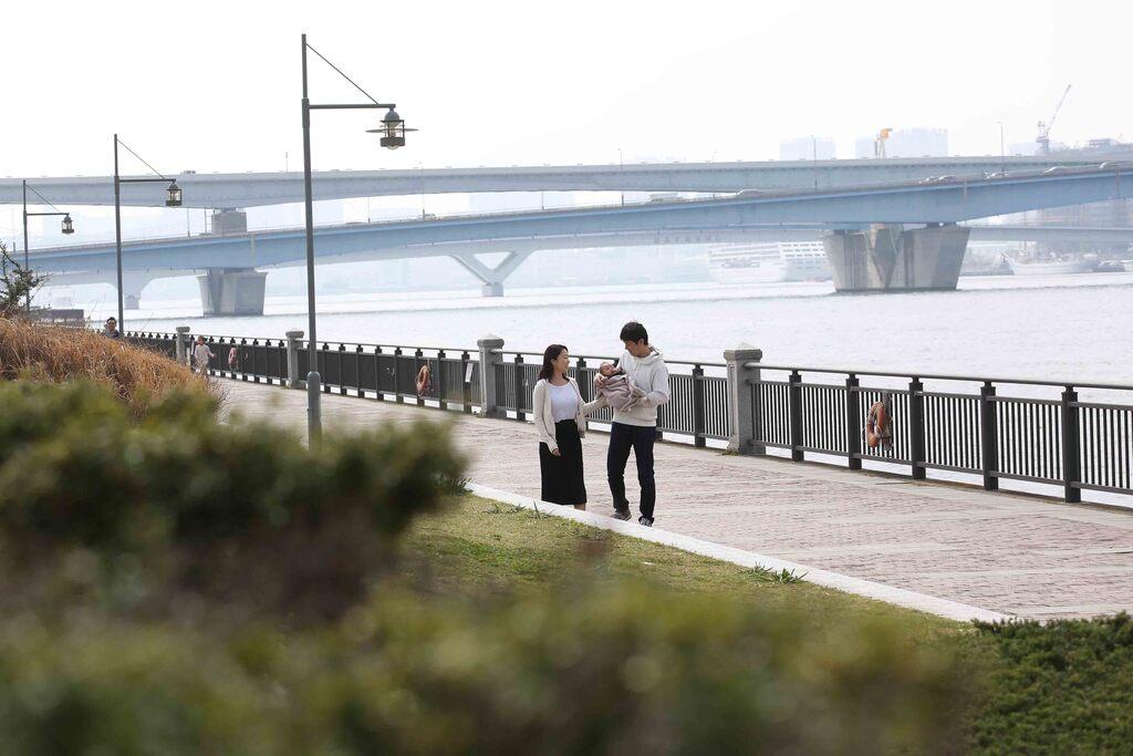 東京湾に面した広い空の広がる公園で撮影します