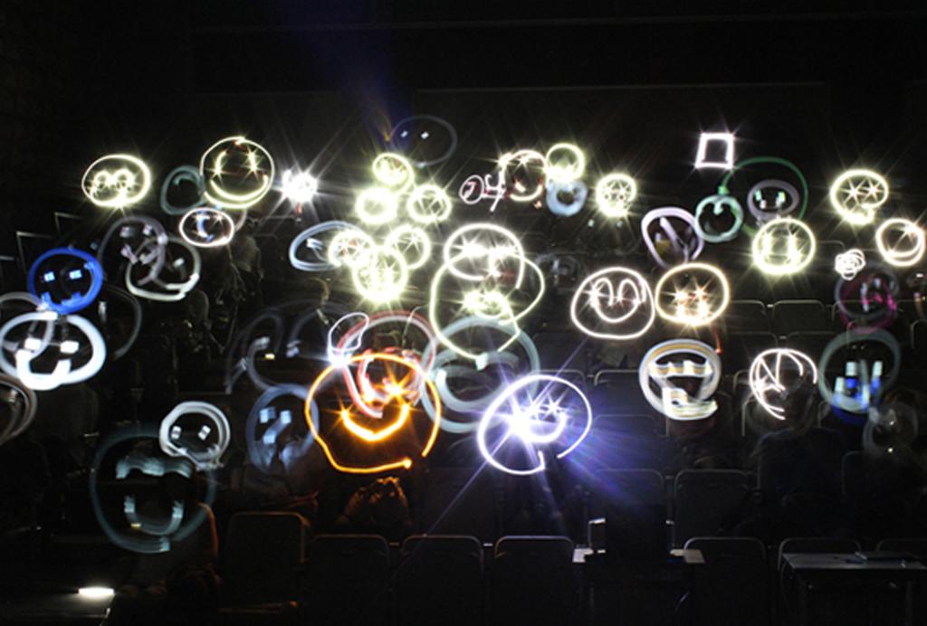 コンサート中に開催する「光のアート」。暗闇に絵をかいちゃいましょう!