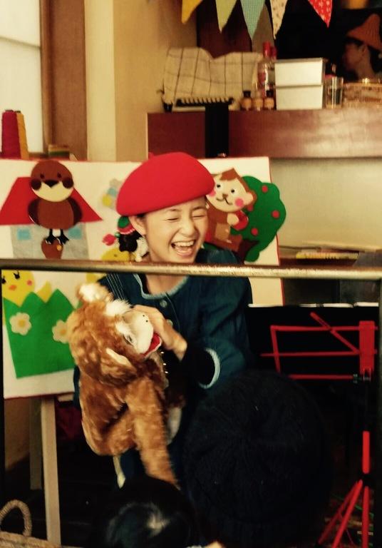 おサルのパペットを使って歌いながら子供達と触れ合うコーナー!