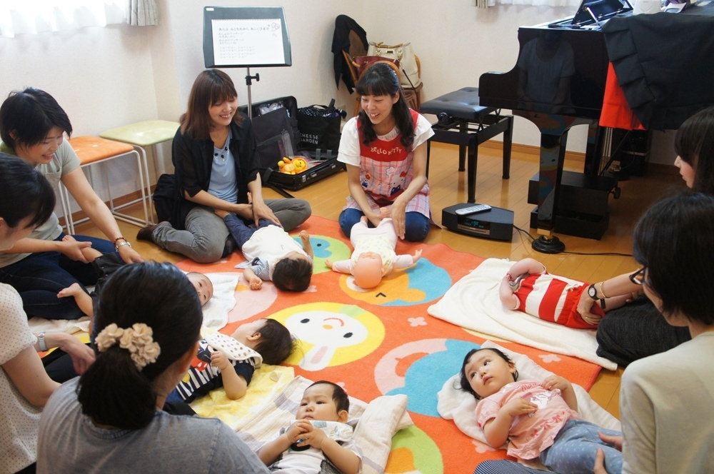 ママの優しい手に包まれて赤ちゃんも安心♡ママが赤ちゃんに沢山の歌をうたいながら手技をします。スキンシップをすることで便秘や眠りに効果があるベビーマッサージ。脳の発達を促したり、免疫力もUP!
