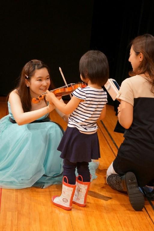 演奏後に楽器体験!目をキラキラさせたり、真剣な表情で弾いてみたり、大人も興味津々!