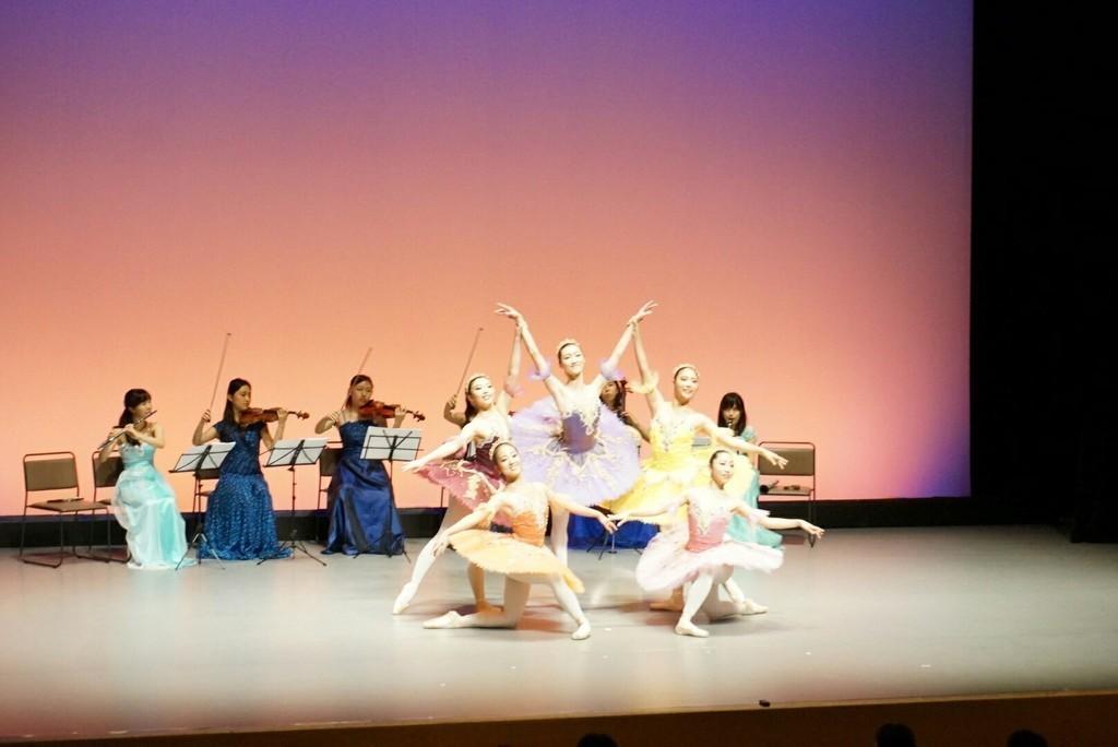 昨年11月に開催致しました生演奏でのバレエのお写真です。毎月異なる楽器や歌で0歳から参加出来るコンサートを開催しております!