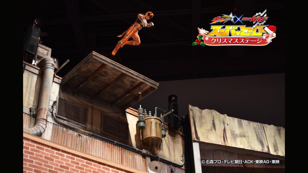 高さ7メートルからの飛び降りスタントや、空中を飛び交うワイヤーアクションは子どもたちだけでなく大人も驚愕!