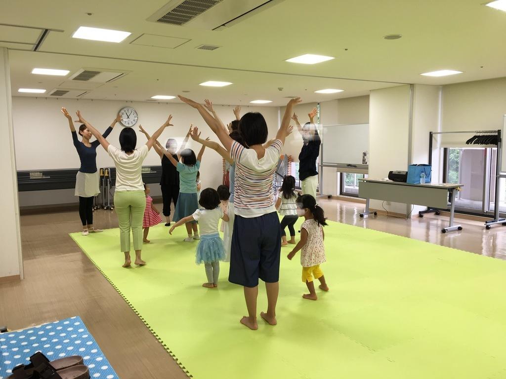 文京区子育てひろば江戸川橋で同じ内容の講座「親子ではじめるプレバレエ」写真です。
