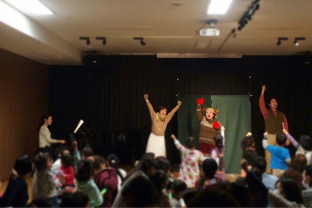 みんなで歌って踊れるから子供たちは立ち上がってます!