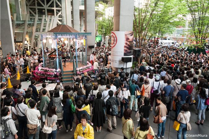 地上広場:「キオスクステージ」の様子→ひと休みしたくなったら、東京国際フォーラムのネオ屋台村や、東京芸術劇場前のケータリングカーへ!開放感たっぷりの屋外で音楽を聴きながらグルメが楽しめます!