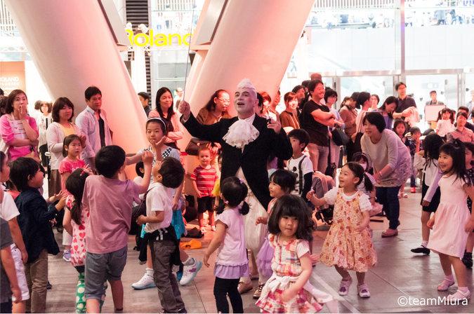ホールE:「こどもたちの音楽アトリエ」の様子→有料公演のチケットまたは半券があれば無料で参加できる子ども向けワークショップでは、歌ったり、リズムを叩いたり・・・全身で音楽を楽しめます!