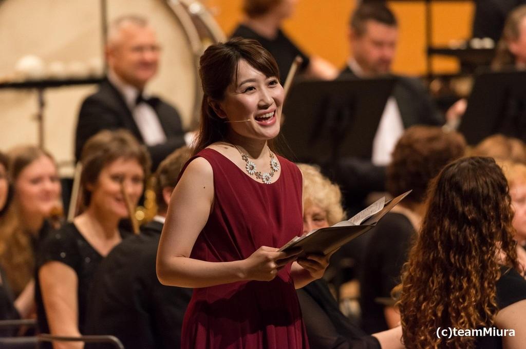 中村萌子(司会):フェリス女学院大学音楽学部声楽学科卒業。歌、語り、司会等で数々のオーケストラと共演し、コンサートやミュージカルにも出演するなど幅広く活躍中。テレビ東京「THEカラオケ★バトル」に出演