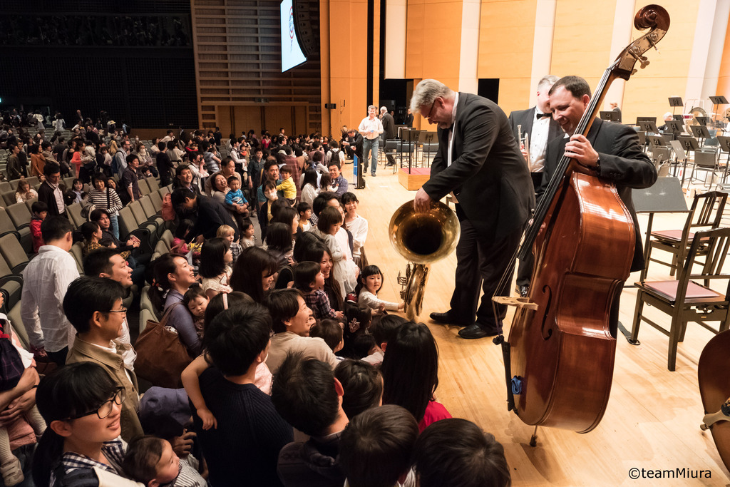 「0歳からのコンサート」の終演後の様子:過去の「0歳からのコンサート」では、終演後にオーケストラのメンバーがフランクにこどもたちと交流する姿も。
