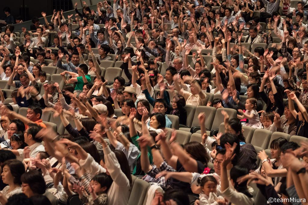 「0歳からのコンサート」公演中の様子:おはなしと音楽で贈る、客席参加型のコンサート!オーケストラの豊かな音色に包まれながら、親子で体を動かしリズムを感じて、音楽を楽しもう!