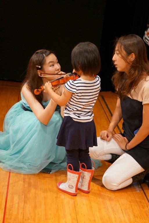 終演後には子供サイズのヴァイオリンで楽器体験も!