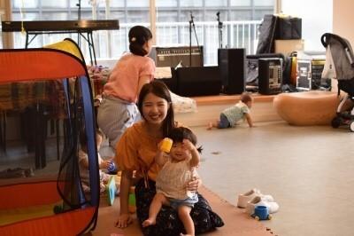 回を重ねるごとに赤ちゃんたちは安心して託児スペースで遊べるようです。ママはその時間、学びに集中。