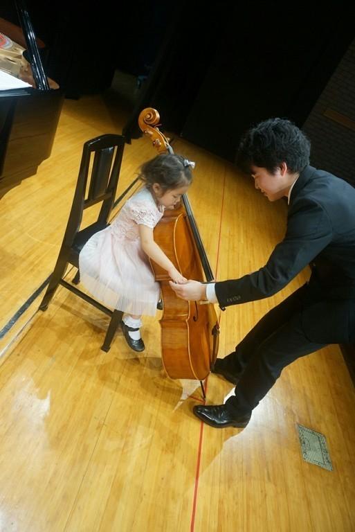 子どもの体より大きなチェロ! チェロの音色をこんな近くで体験できます!