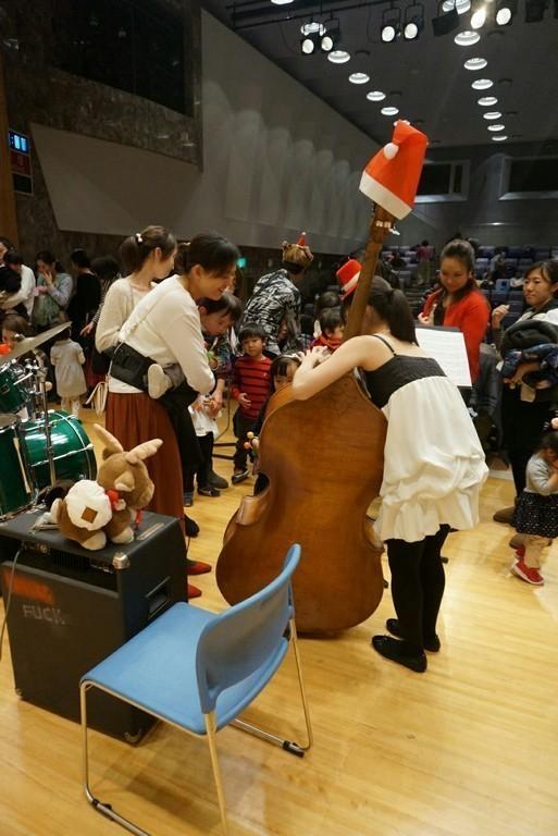 演奏後の楽器体験!目をキラキラさせていたり、真剣な表情で弾いてみたり子供達みんな興味津々です!