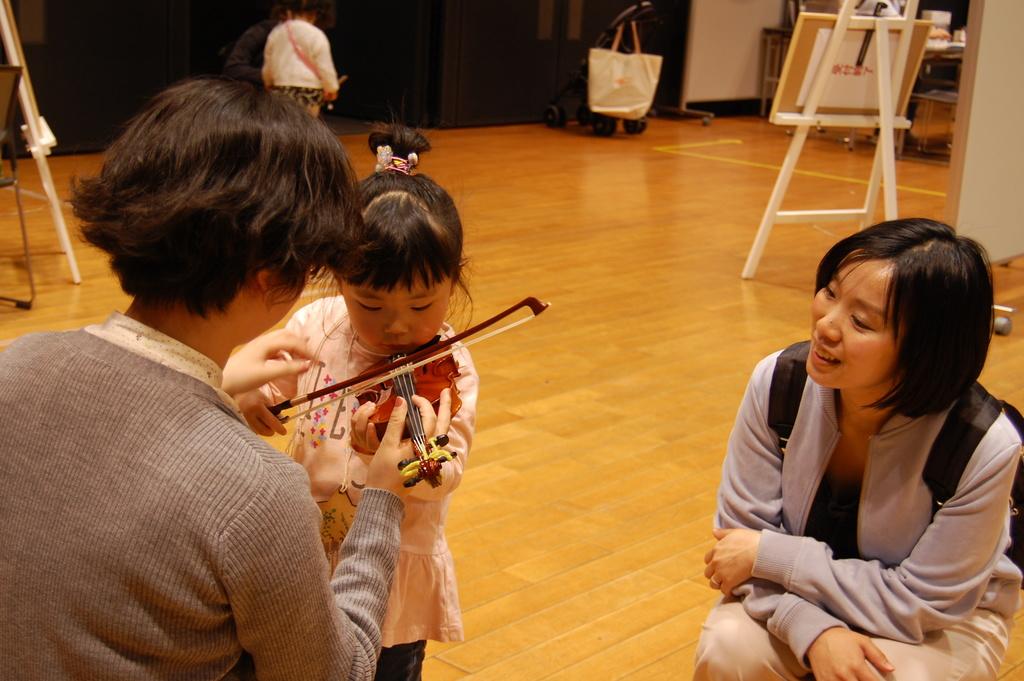 バイオリン体験の様子