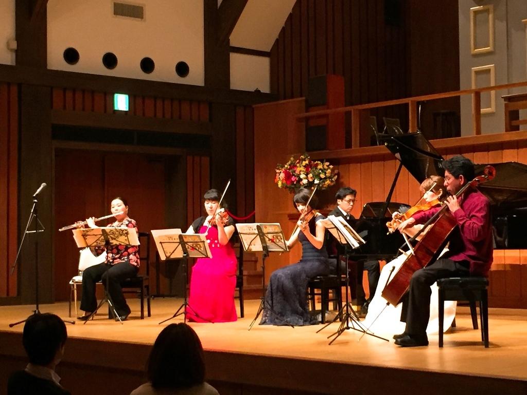 フルート、ピアノ、弦楽器で紡ぐ華やかな音楽を皆様のカラダと心にお届します!