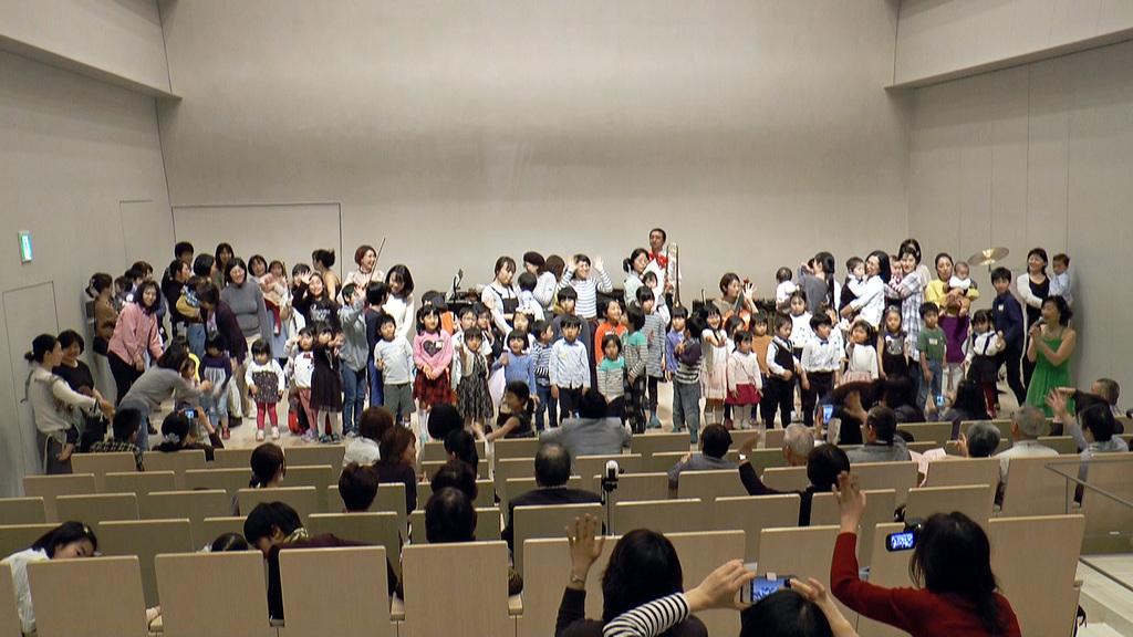昨年10周年記念コンサートの模様。子供たちが舞台に乗ることができます!