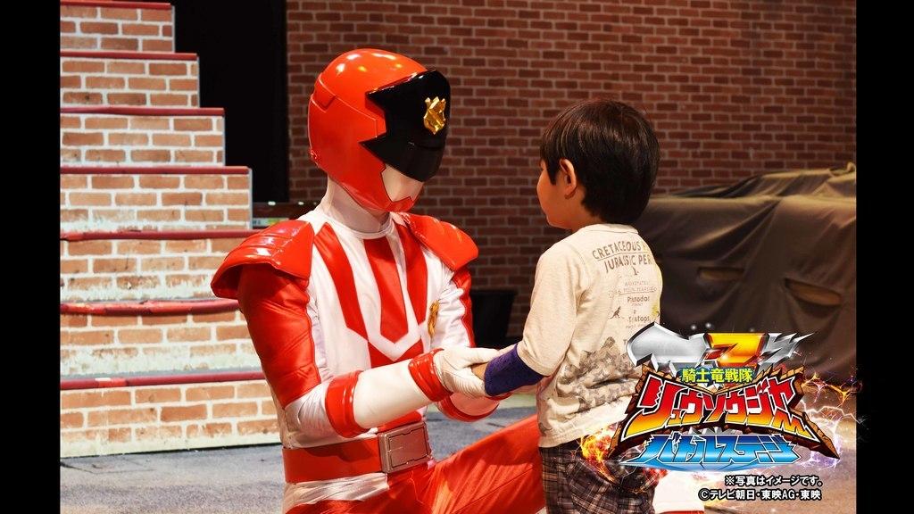 さらに!ショーが終わった後は対象グッズ購入者限定でヒーローたちとふれあえる握手会も開催!